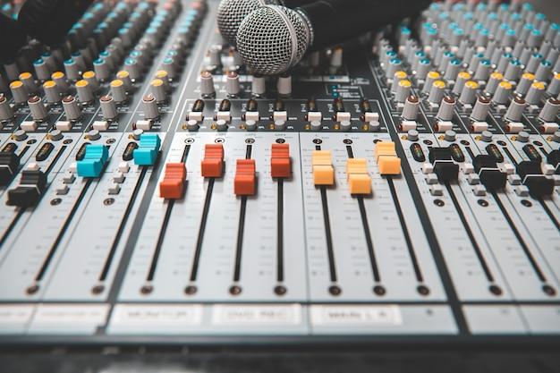 Micrófonos de primer plano con mezclador de audio en estudio.