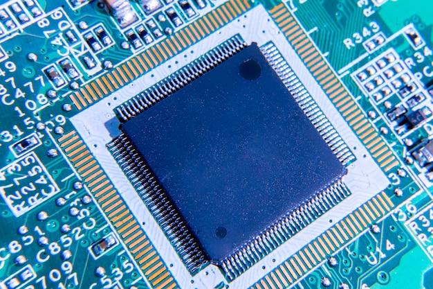 Microprocesador eléctrico en un cierre verde de la placa de circuito para arriba, pwb
