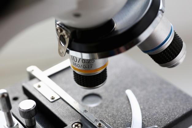 El microscopio de cabeza en el fondo de
