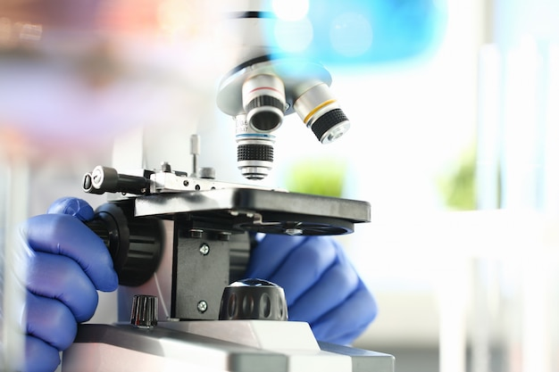 Microscopio de cabeza en el laboratorio de fondo
