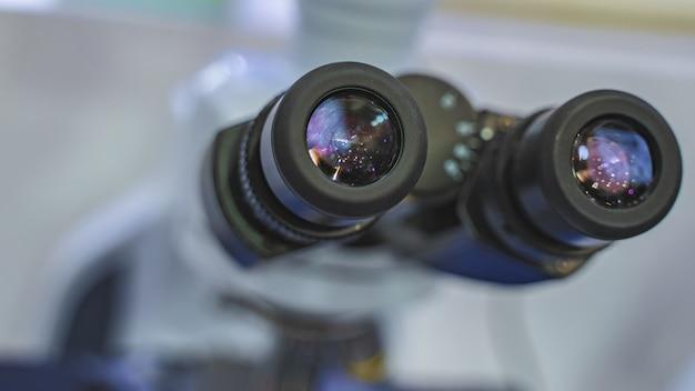 Microscopio digital en laboratorio
