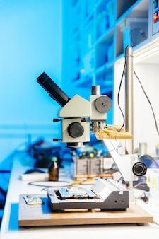 Microscopio en escritorio en taller de laboratorio científico