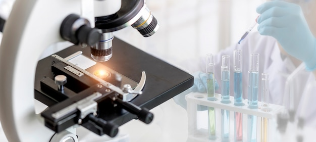 Microscopio con lente de metal en laboratorio