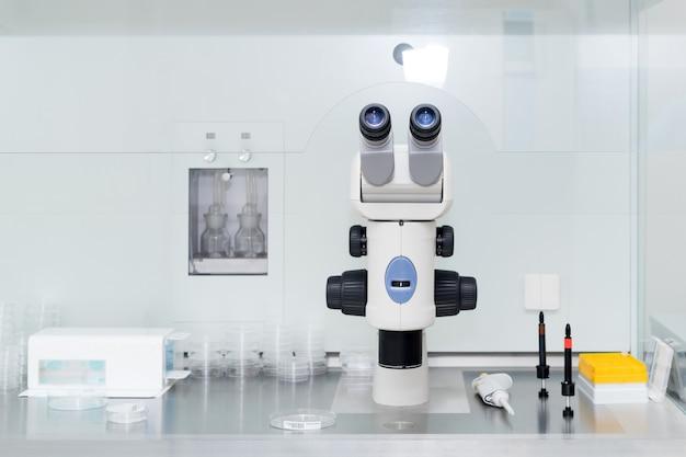 Microscopio moderno en laboratorio de biotecnología. equipo en laboratorio de fertilización.