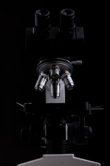 Microscopio de primer plano aislado sobre fondo negro