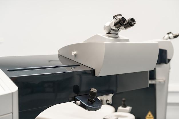El microscopio en la sala de operaciones. equipos médicos modernos en el hospital oftalmológico. concepto de medicina