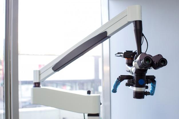 Microscopio de soporte ajustable en clínica
