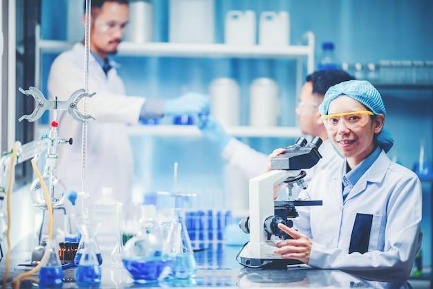 Microscopio utilizando en un laboratorio para investigar