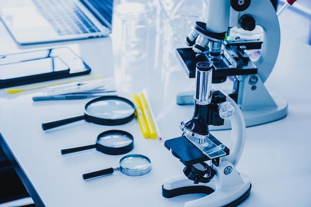 Microscopios y equipo de laboratorio científico.