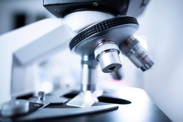 Microscopios para investigadores en laboratorios médicos.