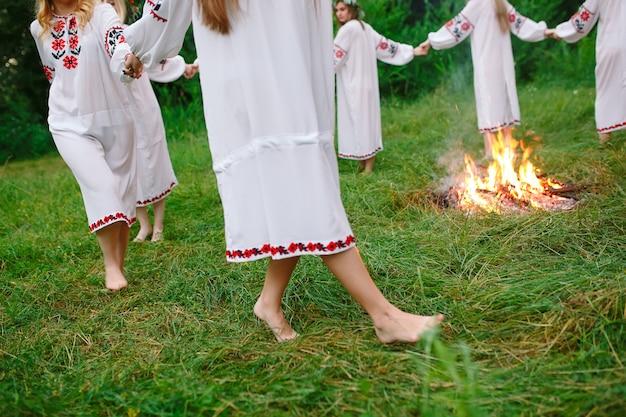Midsummer, un grupo de jóvenes de apariencia eslava en la celebración de midsummer.