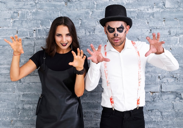 Miedo hombre y mujer posando para halloween