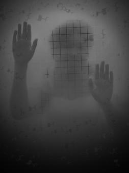 Miedo mujer detrás de una puerta de vidrio