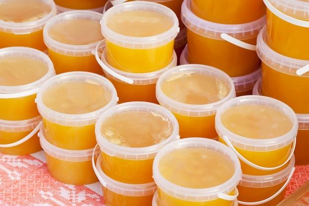 Miel de abeja en el mostrador