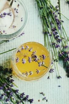 Miel y azúcar aromatizadas con lavanda.