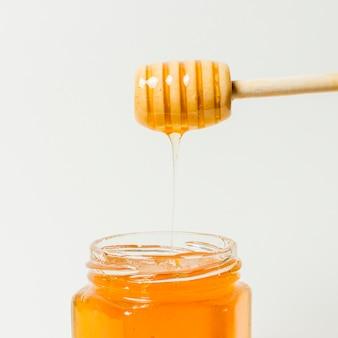 Miel cayendo en jarra
