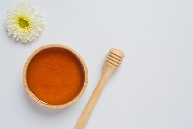 Miel deliciosa en superficie blanca