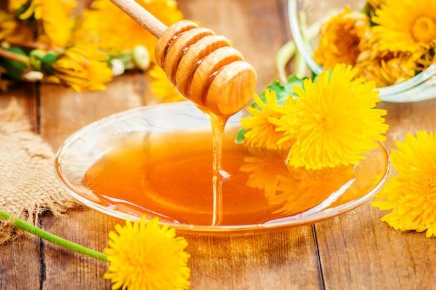 Miel de diente de león y una taza de té. enfoque selectivo