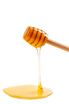 Miel con drizzler de madera aislado