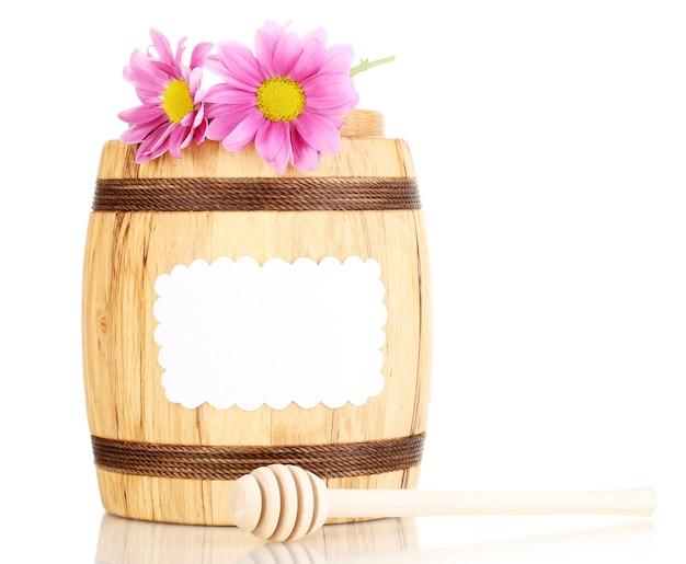 Miel dulce en barril con drizzlerd sobre blanco