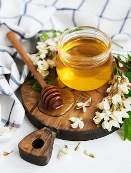 Miel con flores de acacia