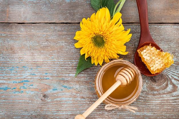 Miel fresca en la olla con panales. vista superior con copyspace