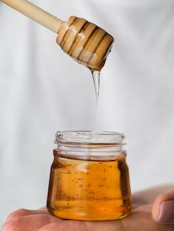 Miel goteando del cucharón