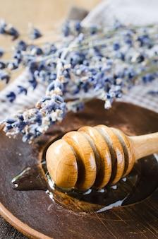 Miel y lavanda orgánicas en la tabla de madera.
