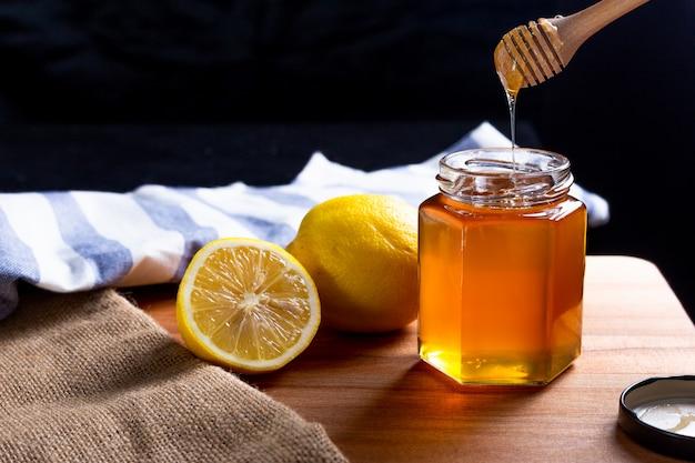 Miel de limón, cazo de madera de la miel