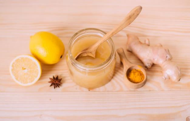 Miel, limón y raíz de jengibre.