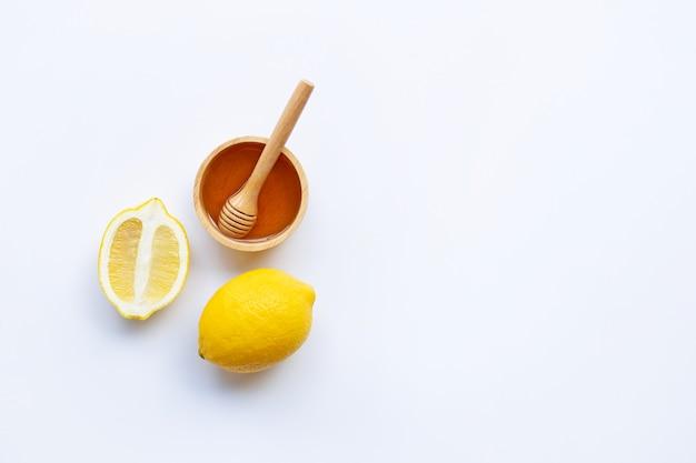 Miel con limón sobre fondo blanco
