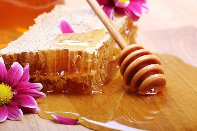 Miel en la mesa de madera