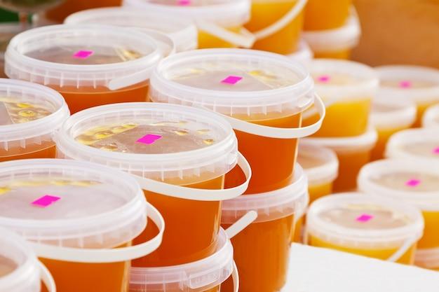 Miel en el mostrador en el mercado