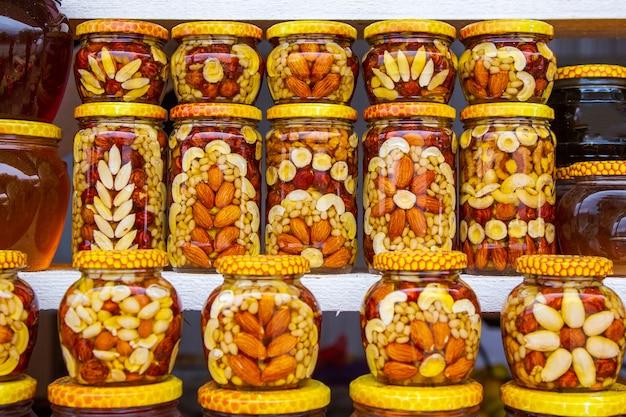 Miel con nueces y latas