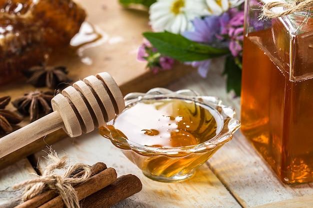 Miel orgánica natural en mesa rústica