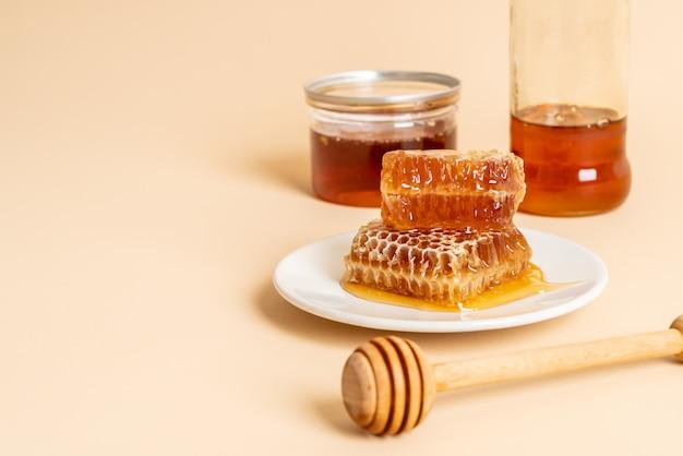 Miel y panales frescos