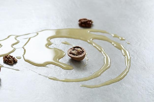 Miel sobre la mesa con nueces