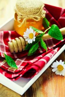 Miel en un tarro y margarita