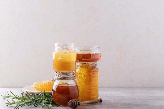 Miel en tarro con nido de abeja
