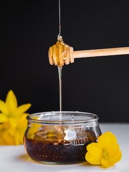 Miel vertiendo en vista frontal del cucharón