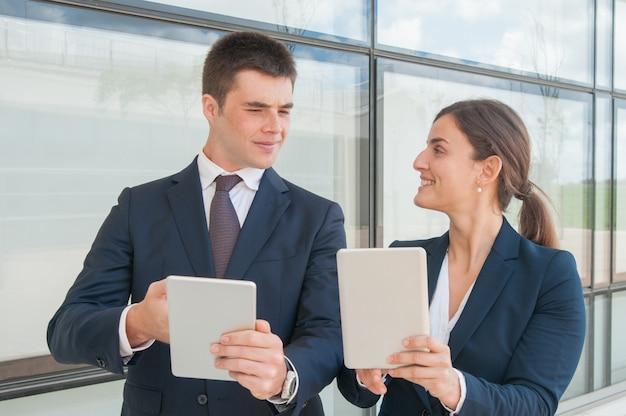 Miembros del equipo de negocios compartiendo información del proyecto.