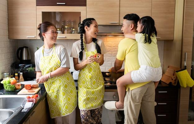 Miembros de la familia felices en la cocina