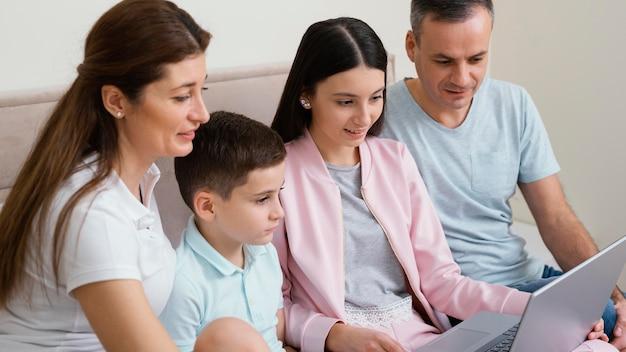 Miembros de la familia usando una computadora portátil