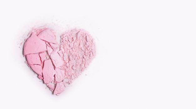 Migajas dispersas en polvo resaltador en forma de corazón