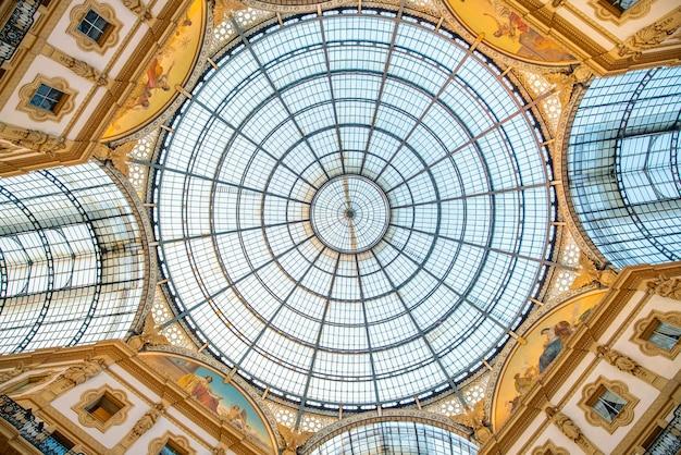Milán, italia - 11 de junio de 2017: interior de la galleria vittorio emanuele ii es una de las zonas comerciales más populares de milán.