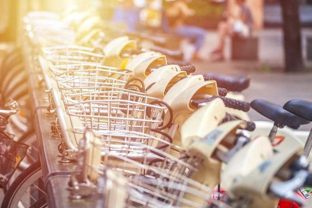 Milán, italia - 14.08.2018: alquiler y aparcamiento de bicicletas en la ciudad de milán.