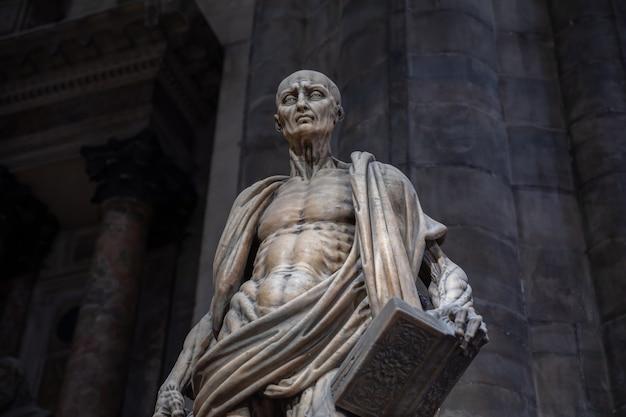 Milán, italia - 27 de junio de 2018: escultura de mármol de primer plano en la catedral de milán (duomo di milano) es la iglesia catedral de milán