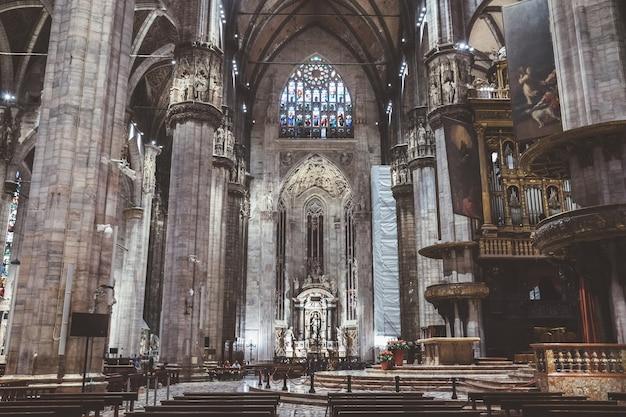 Milán, italia - 27 de junio de 2018: vista panorámica del interior de la catedral de milán (duomo di milano) es la iglesia catedral de milán. dedicado a santa maría de la natividad, es sede del arzobispo de milán.