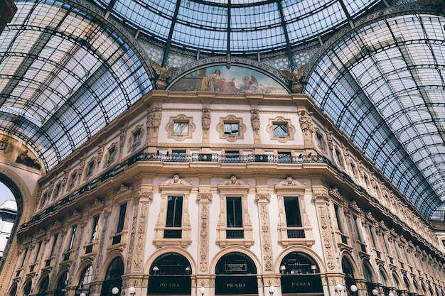 Milán, italia - 27 de junio de 2018: vista panorámica del interior de la galleria vittorio emanuele ii. es el centro comercial activo más antiguo de italia y el principal hito de milán en la piazza del duomo (plaza de la catedral)
