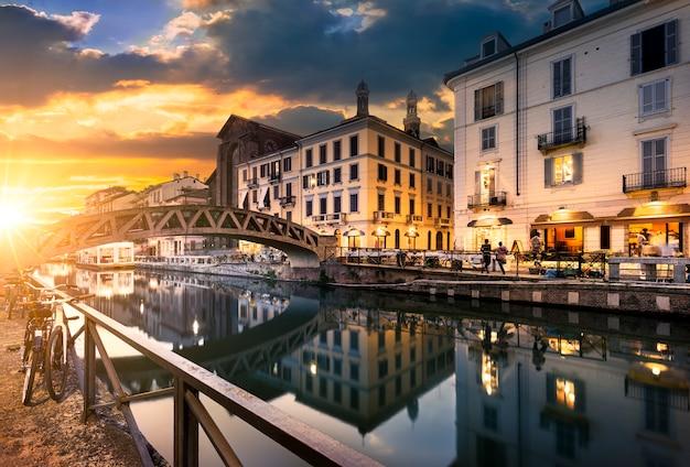 Milano por la noche calles y cafeterías